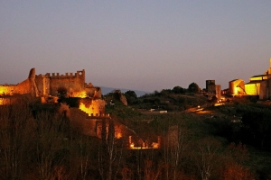 TUSCANIA – Notte nel borgo lungo la…