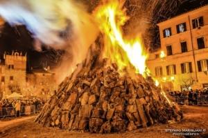 Il Sacro Fuoco di Bagnaia, la magia di una tradizione centenaria nel cuore della Tuscia